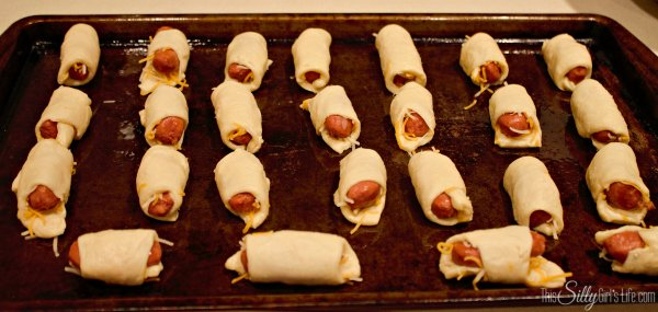 Cheesy Pigs in a Blanket with Honey Mustard, recipe and step-by-step instructions for making cheesy pigs in a blanket AND a homemade honey mustard sauce recipe! Looks amazing! Recipe from https://ThisSillyGirlsLife.com
