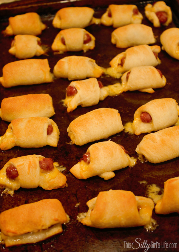 Cheesy Pigs in a Blanket with Honey Mustard, recipe and step-by-step instructions for making cheesy pigs in a blanket AND a homemade honey mustard sauce recipe! Looks amazing! Recipe from http://ThisSillyGirlsLife.com