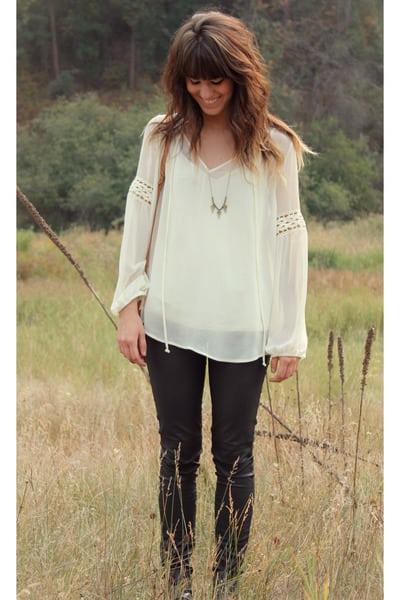 ivory-daniel-rainn-blouse-tawny-vintage-bag-black-hudson-pants_400