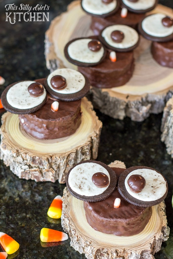 Owl Snack Cakes, a super easy and fun Fall (or anytime!) dessert, using all store bought ingredients! - ThisSillyGirlsLife.com #owl #falldesserts #snackcakes