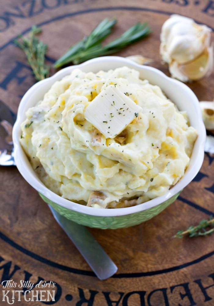 Rustic Roasted Garlic Mashed Potatoes, garlic and herbs makes this mashed potato recipe a stand out dish! from ThisSillyGirlsLife.com #ad #POURLOVEINN @collegeinnbroth