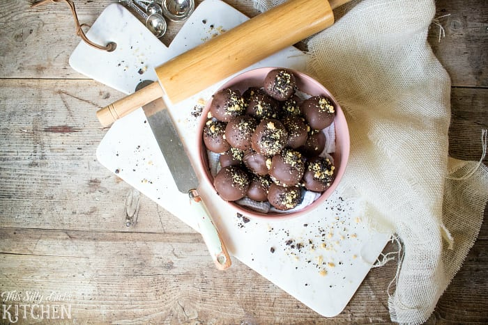Marble Oreo Truffles, golden and regular Oreos combine for a killer sweet treat, dipped in melted chocolate & sinfully delicious. (And only 3 ingredients, what?!) from ThisSillyGirlsLife.com