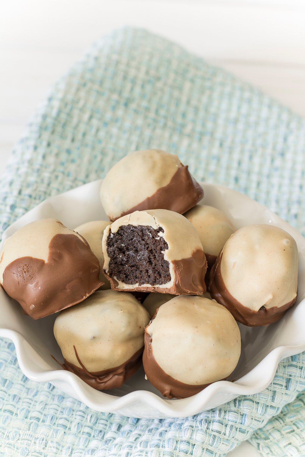 Peanut Butter Oreo Buckeyes, peanut butter Oreo truffles dipped in peanut butter coating and milk chocolate! #recipe from thissillygirlskitchen.com #buckeyes #buckeyesrecipe #buckeyerecipe #whatisabuckeye #candy #oreo #oreotruffle #peanutbutter #peanutbutterbuckeyes