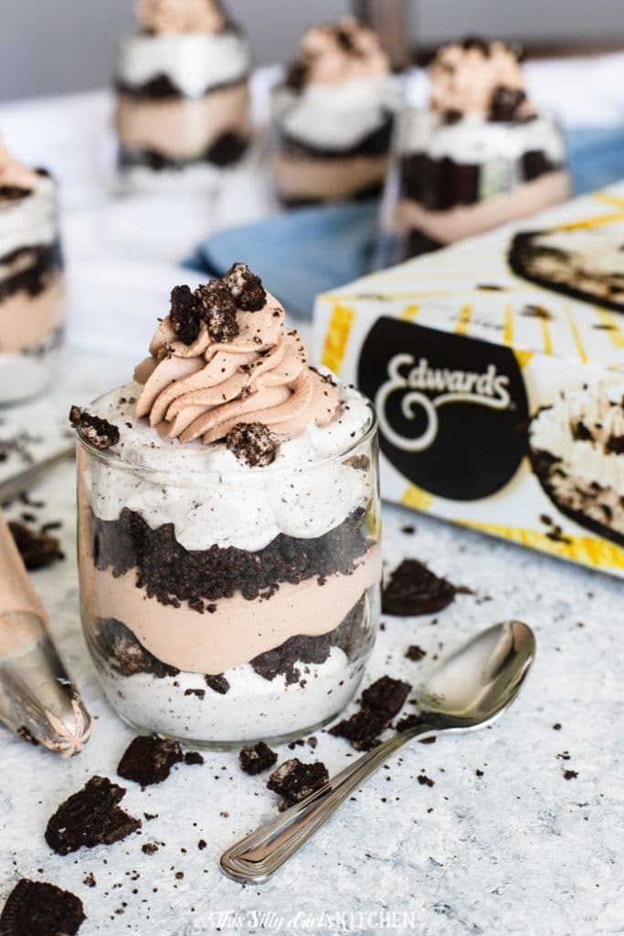 Cookies and Cream Parfait, layers of creamy, crunchy deliciousness. #recipe from thissillygirlskitchen.com #parfait #cookiesandcream #cookiesandcreamparfait
